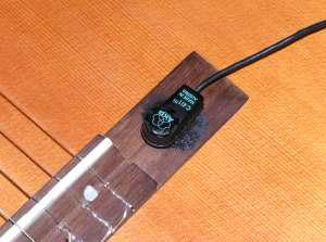 פיקאפ קונדנסר AKG C411L - מחובר לגיטרה